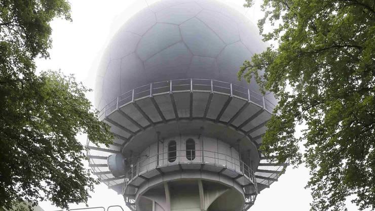 Da einige Teile der Wetterschutzhülle der Radaranlage beschädigt sind, wird die ganze Kugel neu gebaut.
