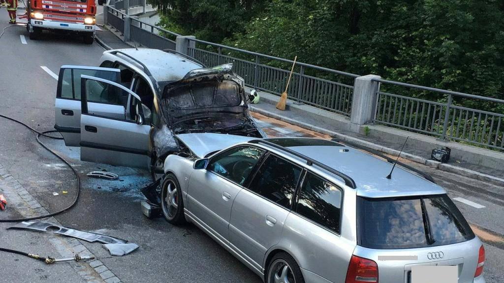 Ein Auto (links) fing nach der heftigen Kollision in Böttstein AG Feuer. Alle fünf Insassen konnten sich selbst befreien.