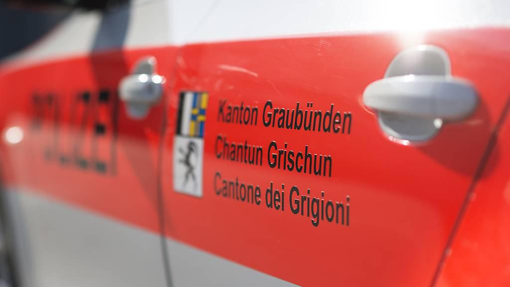 Die Kantonspolizei Graubünden war nach einem spektakulären Selbstunfall eines 21-Jährigen in Bonaduz im Einsatz. (Symbolbild)