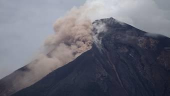 Gefährliche Situation für die Retter: Am Feuervulkan in Guatemala bahnen sich Ströme aus Wasser, Schutt und Gestein einen Weg ins Tal. (Symbolbild)