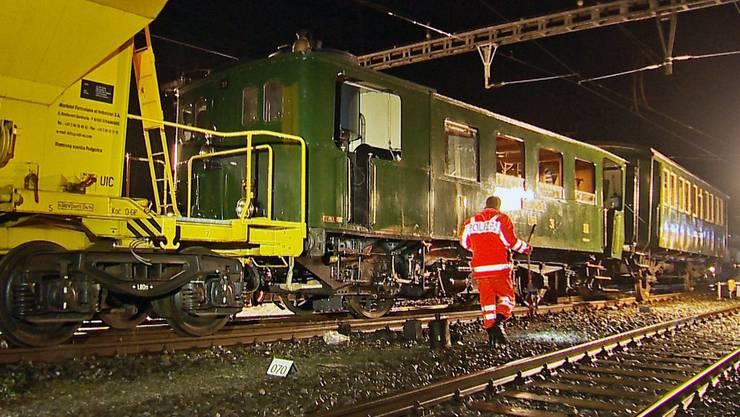 Sihlbrugg: Nostalgiezug kracht in Bauzug