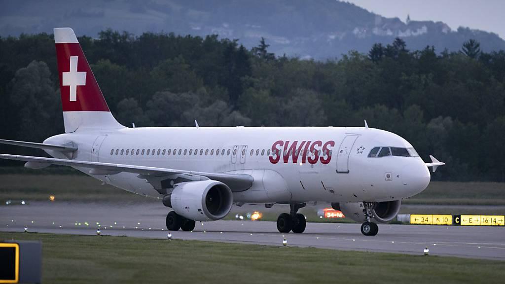 Wegen Blitzgefahr: Die Flieger blieben am Flughafen Zürich über eine Stunde am Boden.