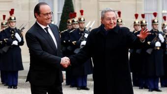 Mit allen Ehren empfangen: Frankreichs Präsident François Hollande und der kubanische Präsident Raúl Castro.Francois Mori/ap/keystone