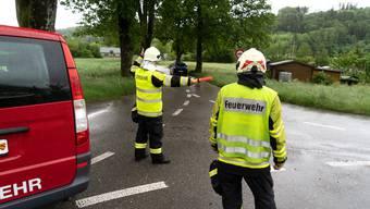 Die Feuerwehr leitet den Verkehr um Pieterlen herum