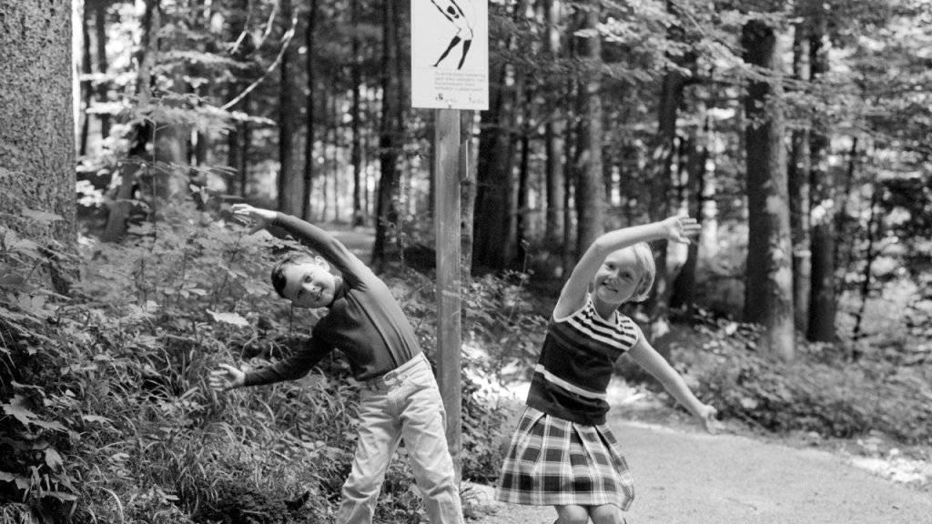 Vor 50 Jahren wurde in Zürich Fluntern der erste Vitaparcours  eröffnet. Zwei Kinder machen am 24. August 1968 Übungen im Vitaparcours beim Zoo Zürich.