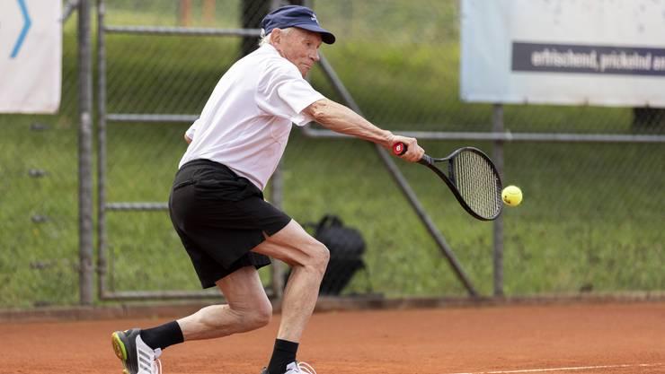 In die Knie, den Schlag durchschwingen – Tennislehrer hätten ihre grosse Freude an ihm: Der 86-jährige Interclubspieler Tony Steiner spielt eine Bilderbuch-Rückhand.