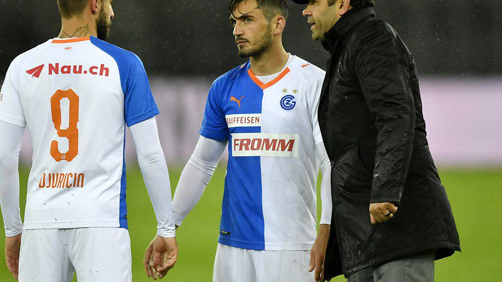 Uli Forte spricht seinen Spielern Marco Djuricin und Bujar Lika nach dem Schlusspfiff gut zu