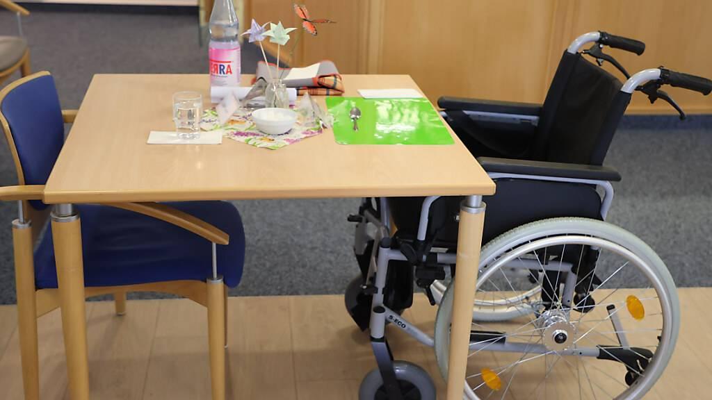 Ein Rollstuhl steht an einem Esstisch im Altenzentrum Luisenhaus. Foto: Bodo Schackow/dpa-Zentralbild/dpa