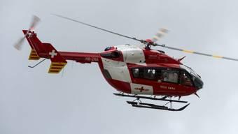 Die Rega flog den 21-Jährigen mit schweren Verletzungen ins Spital.