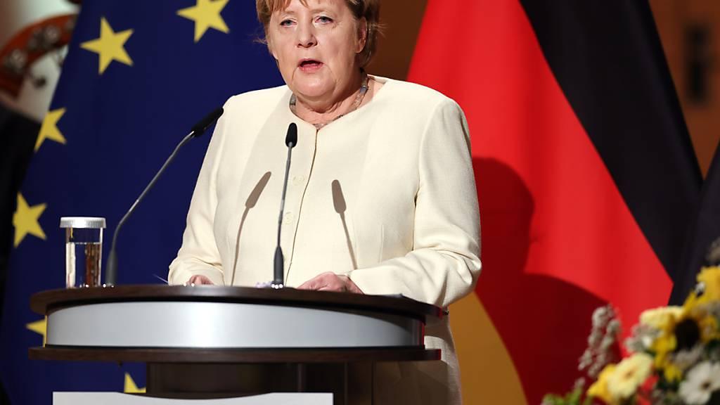 Bundeskanzlerin Angela Merkel spricht beim Festakt zum Tag der Deutschen Einheit in der Händel-Halle. In der Saalestadt finden die zentralen Feierlichkeiten zum Tag der Deutschen Einheit statt. Begleitet werden die Festlichkeiten von einer Ausstellung in der Innenstadt, der EinheitsExpo. Foto: Jan Woitas/dpa POOL/dpa