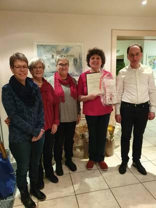 Samariterlehrerin, Vorstand und Präsident mit Ehrenmitglied Erika Wyss (zweite von rechts)