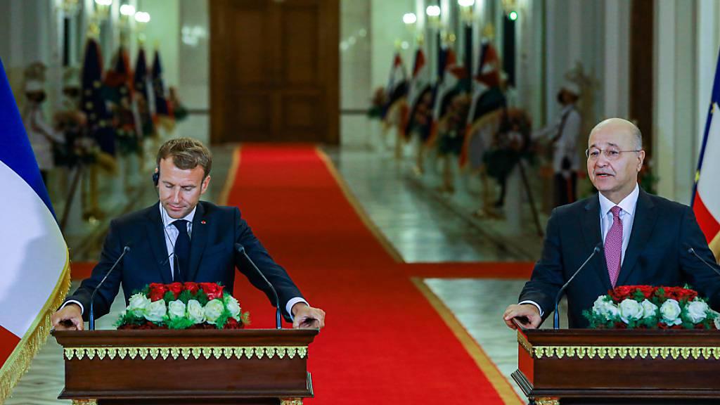 Bei einem Treffen in Bagdad soll es neben einer Annäherung der beiden Erzfeinde Iran und Saudi-Arabien auch um deren Stellvertreterkonflikte in der Region gehen. Neben Barham Salih (r), Präsident vom Irak, ist auch Emmanuel Macron, Präsident von Frankreich, dabei. Foto: Ameer Al Mohammedaw/dpa