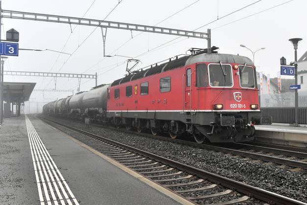 Die Re 620 031 «Dulliken» fährt pünktlich durch Dulliken.