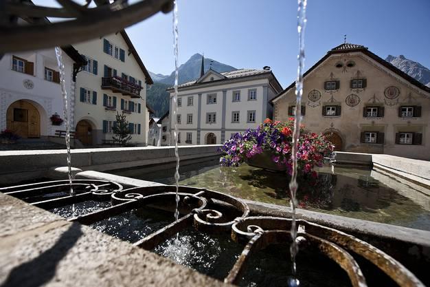 Hier ist man an der Quelle: Aus den Dorfbrunnen in Scuol sprudelt hoch konzentriertes Mineralwasser.