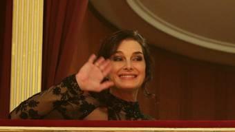 Die Schauspielerin Brooke Shields ist Stargast am Wiener Opernball - hier winkt sie aus der Loge des Baulöwen Richard Lugner.