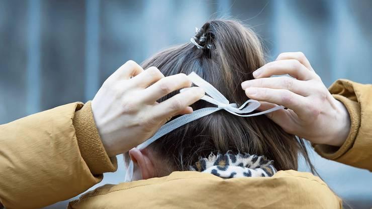 Eine Maske schützt gesunde Personen nicht zuverlässig vor einer Ansteckung.