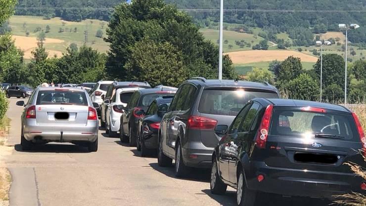 Die Kolonne mit parkierten Autos reichte fast bis nach Gipf-Oberfrick.