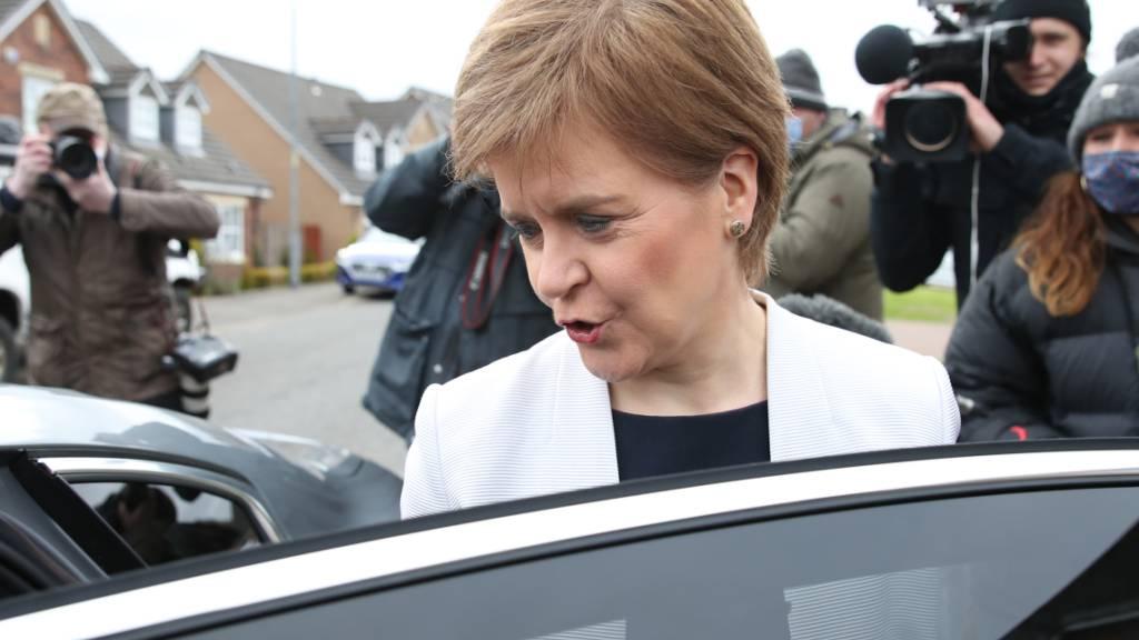 Bleibt sie nun?: Nicola Sturgeon, Erste Ministerin von Schottland, wird durch einen Bericht entlastet. Foto: Andrew Milligan/PA Wire/dpa