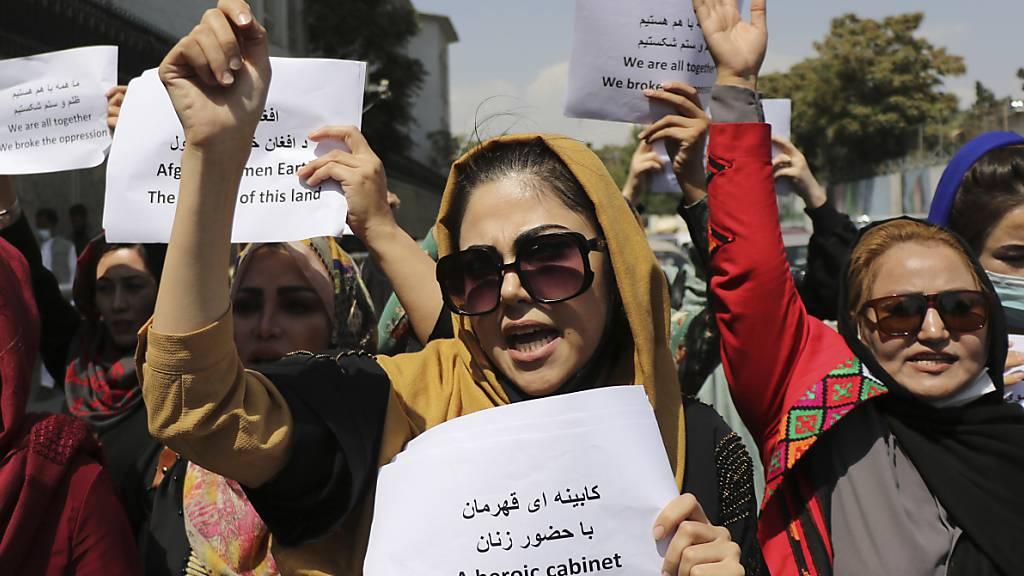 dpatopbilder - Frauen versammeln sich zu einer Demonstration, um ihre Rechte unter der Taliban-Herrschaft einzufordern. Foto: Wali Sabawoon/AP/dpa