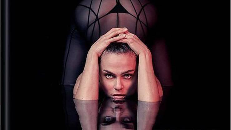 """Die Berner Schlangenfrau Nina Burri fühlt sich von Facebook schikaniert. Beispielsweise durfte sie dieses Cover ihres Fotobands """"Body in Motion"""" nicht hochladen, weil """"zu aufreizend"""". Dabei sieht man doch gar nichts, findet sie. (zVg)"""
