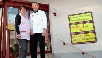 Anneliese und Willi Horisberger vor ihrem Geschäft in Laupersdorf.