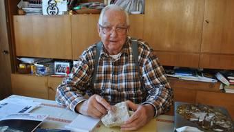 Mineraliensammler Fritz Brunner (83) zeigt sein Lieblingsstück: Ein Rosafluorit, den er einst im Grimselgebiet fand.