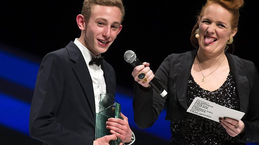 """Der Shooting Star Award ist nicht die erste Auszeichnung für Kacey Mottet Klein: Der Jungeschauspieler (hier neben Fabienne Hadorn) nimmt den Quartz 2013 für seine Rolle im Film """"Sister"""" entgegen (Archiv)"""