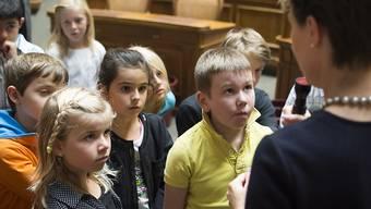 Bundespräsidentin Simonetta Sommaruga spricht mit Schulkindern aus Veyras VS, die sie am Dienstag im Nationalratssaal in Bern empfangen hat. Die Einladung ins Bundeshaus für vier Schulklassen erfolgte als Anerkennung für den Verkauf von Swissaid-Abzeichen.