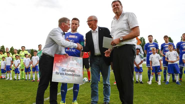 FCA-Präsident Alfred Schmid (l.) und Vize Roger Geissberger (r.) überreichen Wohlens Präsident Lucien Tschachtli (2. v.r.) und Alain Schultz einen Gutschein.