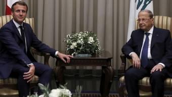 Beirut: Der französische Präsident Emmanuel Macron (l) im Gespräch mit seinem libanesischen Amtskollegen Michel Aoun. Foto: Gonzalo Fuentes/Pool Reuters/AP/dpa