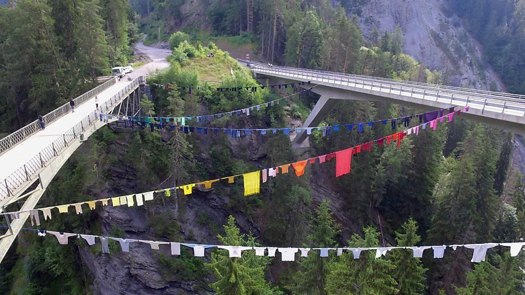 Die längste Wäscheleine der Schweiz hängt im Bündnerischen Safiental: Das Land Art Werk ist Teil einer über das ganze Tal verteilten Landschaftskunst-Ausstellung.