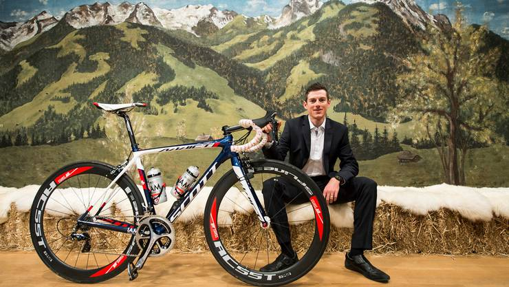 Der Mann für die Berge: Mathias Frank posiert bei der Teampräsentation in Saanen vor einem Alpenpanorama.