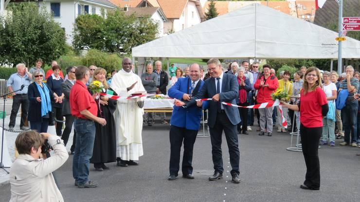 Zuerst wurde die Strasse eingesegnet, dann durch Gemeindepräsident Stefan Berger (links) und Regierungsrat Roland Fürst offiziell dem Verkehr übergeben. Ein spezielles Bild für die Gemeinde, das durch eine offizielle Fotografin für die Nachwelt erhalten werden musste.