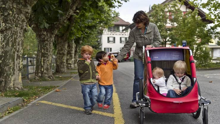 Heute können bis zu 30 Kinder und Jugendliche im Alter von wenigen Wochen bis ins junge Erwachsenenalter in aktuell 17 Pflegefamilien betreut werden. Es werden weitere Pflegefamilien gesucht. (Symbolbild)