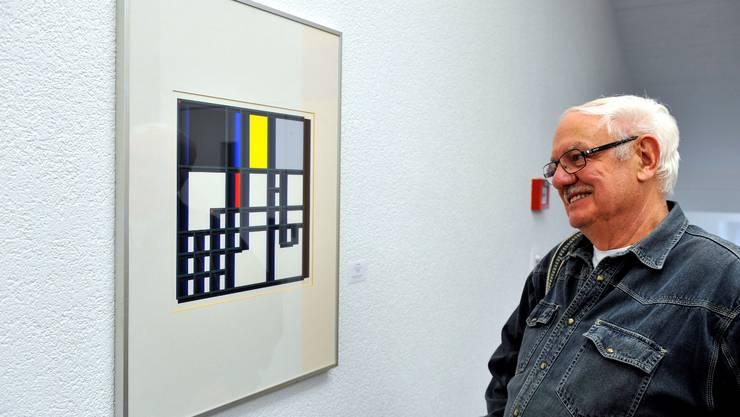 Toni Bieli vor einem seiner Werke im Hôtel de Ville.  Oliver Menge