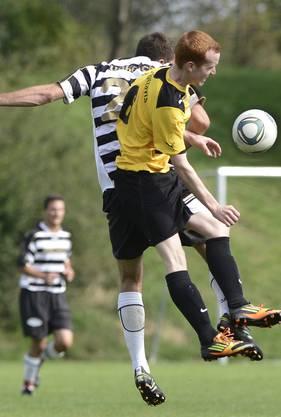 Härkingens Adrian Gyger (links)  im Kampf um den Ball gegen Blustavias Fabian Mollet