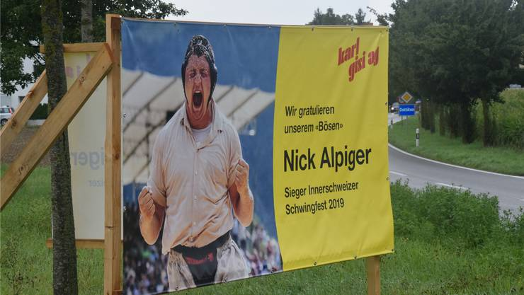 Gratulationsplakat für Nick Alpiger am Dottiker Dorfeingang. Bild: to