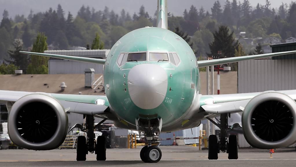Die hartnäckigen Elektrikprobleme des Krisenjets 737 Max haben Boeings Auslieferungen im vergangenen Monat stark gebremst. Der Flugzeughersteller übergab im April insgesamt nur 17 Flugzeuge an Kunden. (Archivbild)