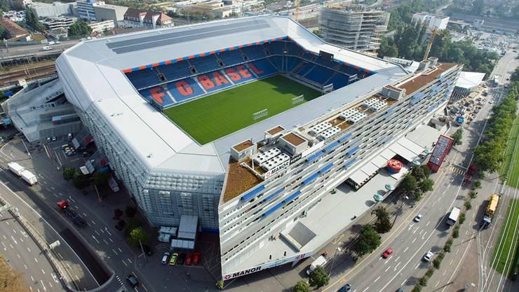 Schon in den 1980er-Jahren dachte man in Basel über ein neues Stadion nach. Die politischen Hürden waren aber hoch. Erst 1996 kamen die Arbeiten voran. Die Architekten Herzog und De Meuron übernahmen die Gestaltung, die Mantelnutzung mit Einkaufsläden, Büros und einer Altersresidenz machte das 250-Mio.-Projekt möglich. Gleichzeitig mit der Eröffnung 2001 begann auch Gigi Oeris Anschubfinanzierung für den FC Basel zu greifen. Die sportliche Erfolgsgeschichte begann – und sicherte gleichzeitig Finanzierung und Akzeptanz des Stadions. Bis heute gilt der St. Jakob-Park als Vorzeige-Stadion.