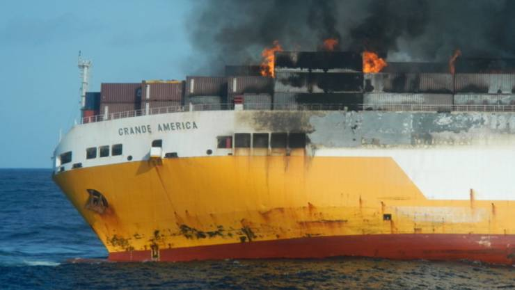 """Das gesunkene Schiff """"Grande America"""" hatte Gefahrengut und Öl geladen. EPA/ABEILLE BOURBON / MARINE NATIONALE / HANDOUT HANDOUT EDITORIAL USE ONLY/NO SALES"""