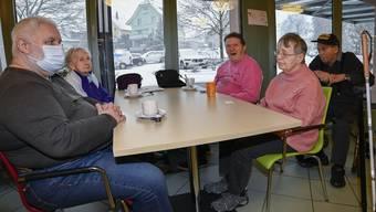 Nach der Impfaktion treffen sich Bewohnerinnen und Bewohner wieder im Café des Weinberg. Nicht alle liessen sich impfen.