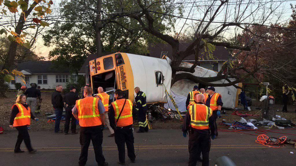 Rettungskräfte am Ort des schweren Schulbus-Unfalls. Der Fahrer des Busses wurde unterdessen festgenommen.
