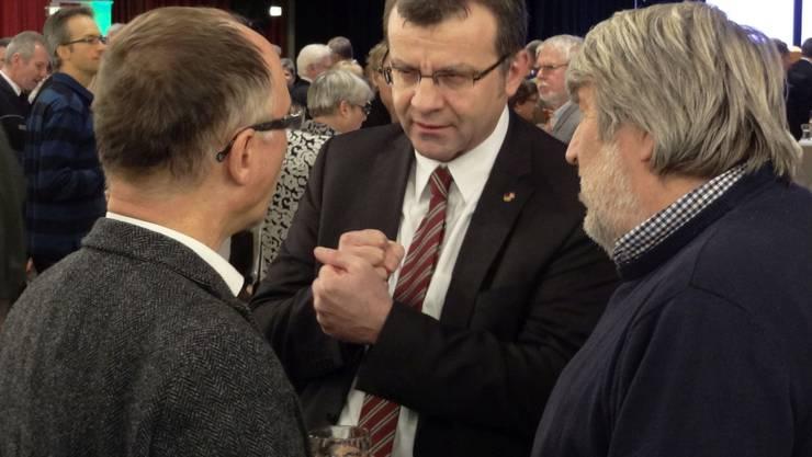 Stadtammann Franco Mazzi (Mitte) im Gespräch