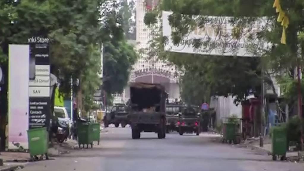 Das Videostandbild zeigt ein Militärfahrzeug in der Nähe des Präsidentenpalastes. Nach einem mutmaßlichen Putschversuch ist die Lage in Guinea unklar. International wird immer mehr Kritik an dem Putschversuch in dem westafrikanischen Land geäußert. Foto: Uncredited/AP/dpa