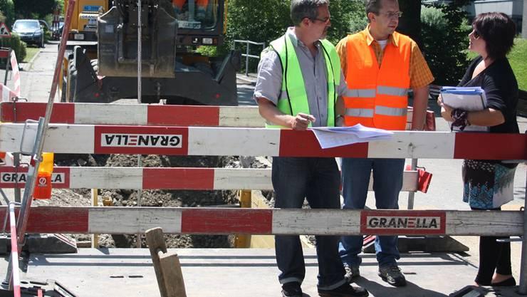Markus Senn (Ingenieurbüro Senn AG), Christian Wolff (Abteilung Tiefbau Baden) und Nadia Roth(Ingenieurbüro Senn AG) (v.l.) bei der Baustelle Schulhaus Meierhof.Yvonne Lichtsteiner