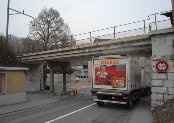 Äusserst knapp: Die Höhe von 3,9 Meter der SBB-Brücke