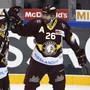 Daniel Winnik (Nummer 26) lässt sich für sein Tor feiern