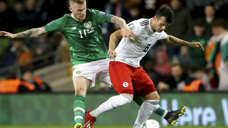 Irlands James McClean (links) im Duell mit dem Georgier Waleri Kazaischwili