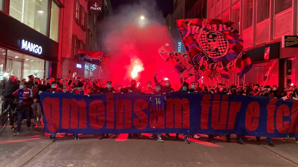 Mehrere Hundert Fans des FC Basel versammelten sich zum Protestmarsch gegen die Geschäftsführung des Clubs.