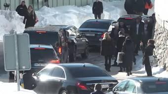 Stossstange an Stossstange wälzen sich Limousinen, Lieferwagen und Polizeifahrzeuge über die Promenade, die Hauptstrasse von Davos. Augenzeugen sagten gegenüber sda-Video, dass die Fahrt von Davos Dorf nach Davos Platz zu Spitzenzeiten über eine Stunde dauere.